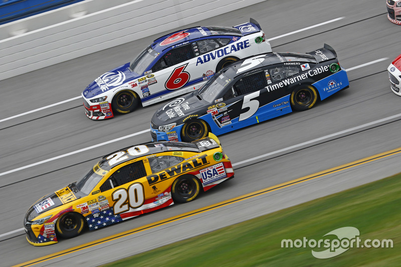 Matt Kenseth, Joe Gibbs Racing Toyota ve Kasey Kahne, Hendrick Motorsports Chevrolet ve Ricky Stenho