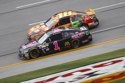 Jamie McMurray, Chip Ganassi Racing Chevrolet and Kyle Busch, Joe Gibbs Racing Toyota