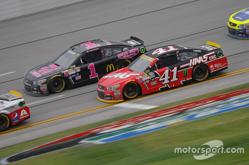 Kurt Busch, Stewart-Haas Racing Chevrolet and Jamie McMurray, Chip Ganassi Racing Chevrolet