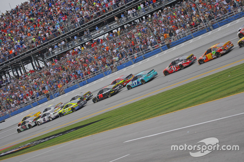 Restart: Joey Logano, Team Penske Ford leads the second attempt at a Green-White-Checker finish