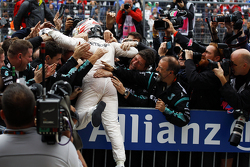 Il vincitore della gara e campione del mondo Lewis Hamilton, Mercedes AMG F1 festeggia la vittoria nel parco chiuso