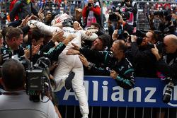 Переможець гонки та World Champion Льюїс Хемілтон, Mercedes AMG F1 святкує в закритому парку
