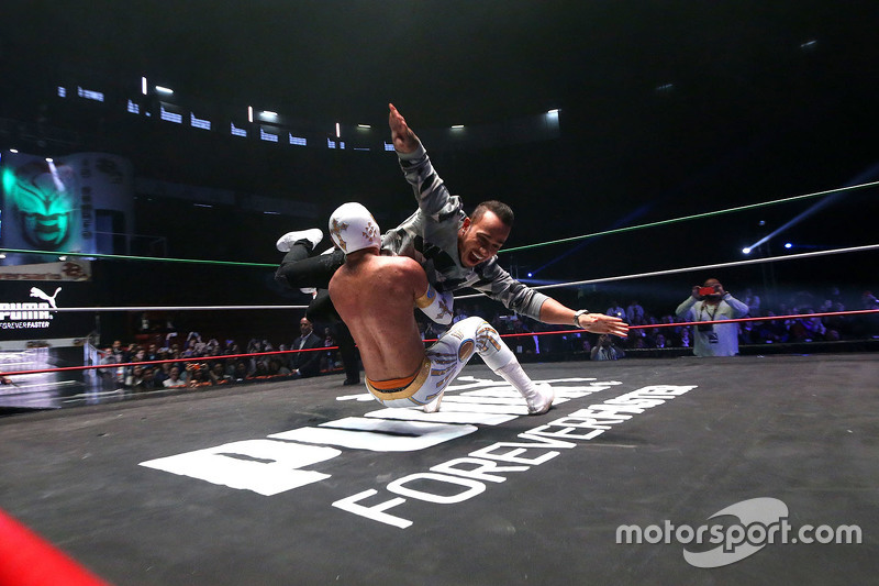 10- لويس هاميلتون يشارك ضمن منافسات المصارعة المكسيكية في مكسيكو سيتي