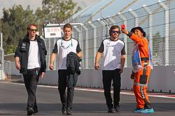Fernando Alonso, McLaren y Stoffel Vandoorne, McLaren Piloto de Pruebas y de Reserva caminan por el