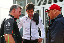 Otmar Szafnauer, Sahara Force India F1 Chief Operating Officer with Toto Wolff, Mercedes AMG F1 Shareholder and Executive Director and Niki Lauda, Mercedes Non-Executive Chairman
