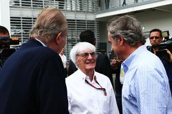 El ex Rey de España, Juan Carlos con Bernie Ecclestone, y Carlos Sainz (ESP)
