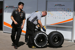 Jun Matsuzaki, Sahara Force India F1 Team Senior Tyre Engineer met banden van Pirelli