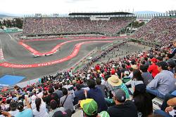 Фелипе Масса, Williams FW37 едет впереди Нико Росберга, Mercedes AMG F1 W06