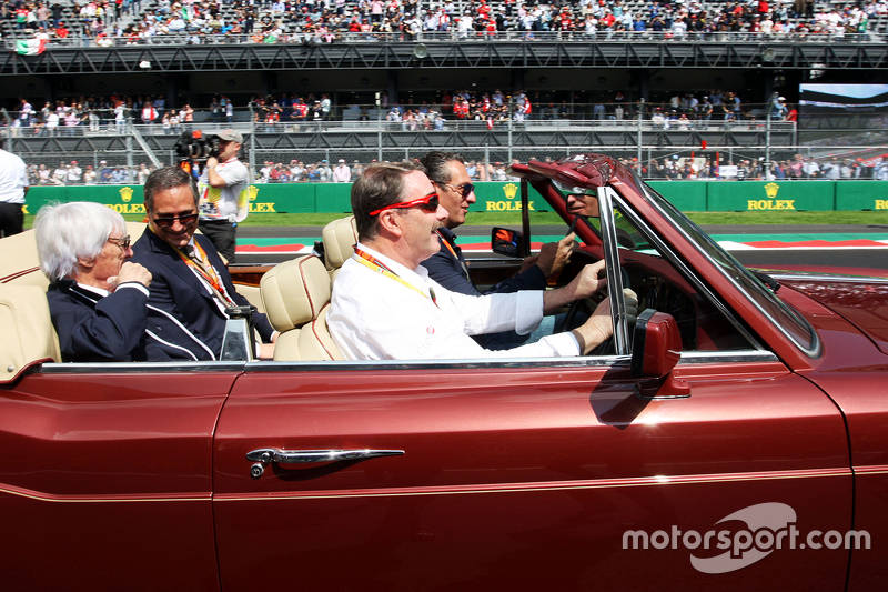Nigel Mansell maneja a Carlos Slim Domit, Presedente de América Móvil y Bernie Ecclestone, en el de