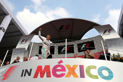 Podium: Race winner Nico Rosberg, Mercedes AMG F1 Team