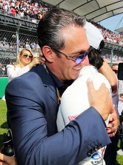 Карлос Слим Домит, владелец America Movil и Серхио Перес, Sahara Force India F1 на стартовой решетке
