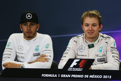 Льюис Хэмилтон, Mercedes AMG F1 и победитель гонки - Нико Росберг, Mercedes AMG F1 на пресс-конферен