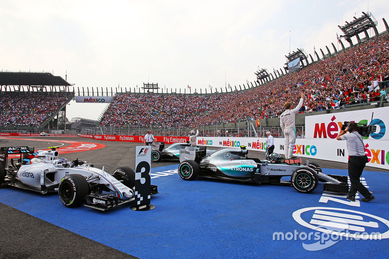 Ganador de la carrera Nico Rosberg, Mercedes AMG F1 W06 celebra en parc ferme