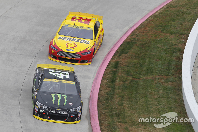 Kurt Busch, Stewart-Haas Racing Chevrolet and Joey Logano, Team Penske Ford