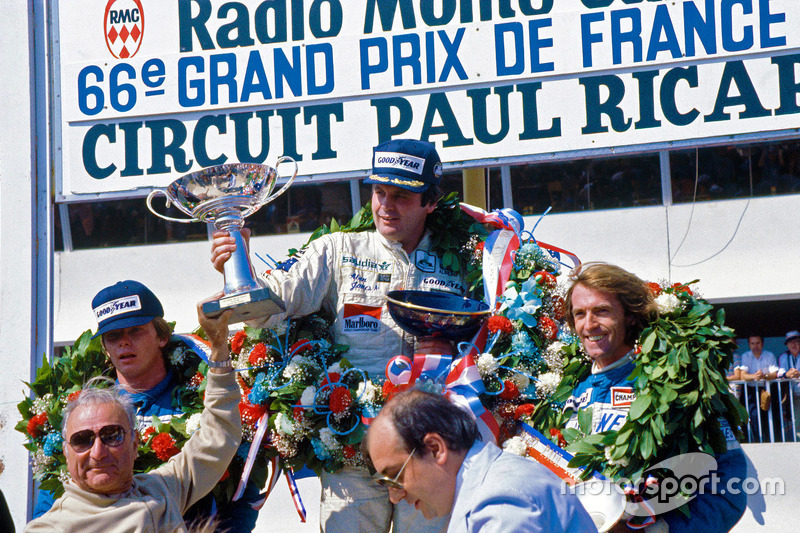 Podium: ganador, Alan Jones, Williams, segundo lugar, Didier Pironi, tercer lugar, Jacques Laffite