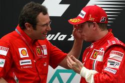 Podio: ganador de la carrera Kimi Raikkonen y Stefano Domenicali, Scuderia Ferrari, Director deportivo