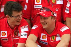 Kimi Raikkonen viert zijn overwinning met het team