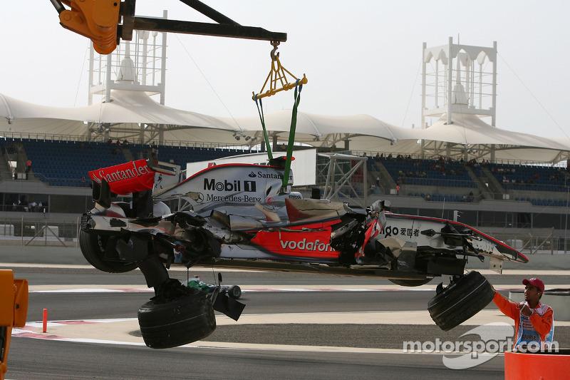 El coche dañado de Lewis Hamilton, McLaren Mercedes, MP4-23