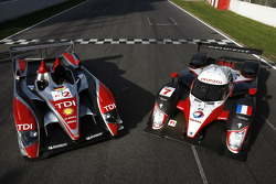 Audi Sport Team Joest Audi R10 TDI and Team Peugeot Total Peugeot 908 HDi FAP pose on the front straight