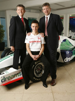 Nicky Fry, Ross Brawn et la star du karting Will Stevens, âgé de 16 ans, programme de jeunes pilotes Honda Racing F1 Team, Brackley HQ