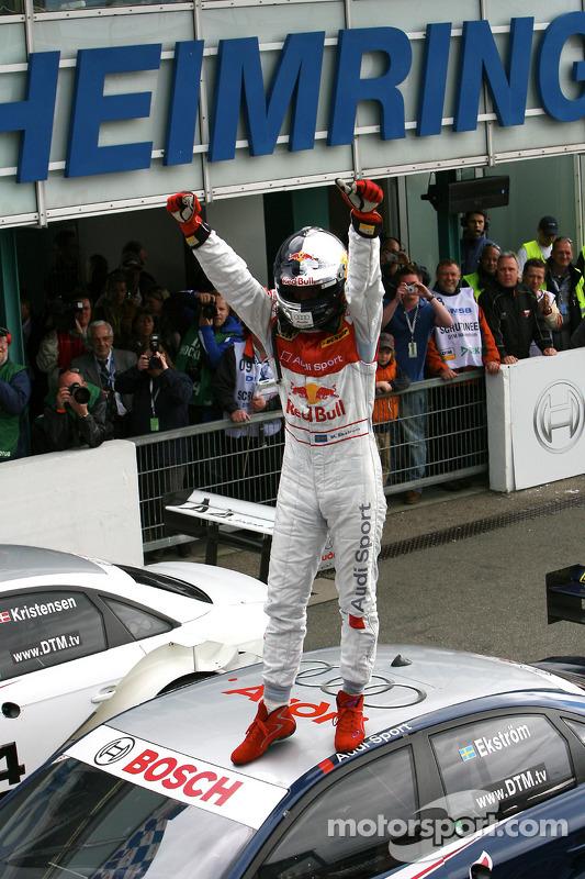 Le vainqueur Mattias Ekström fête son succès