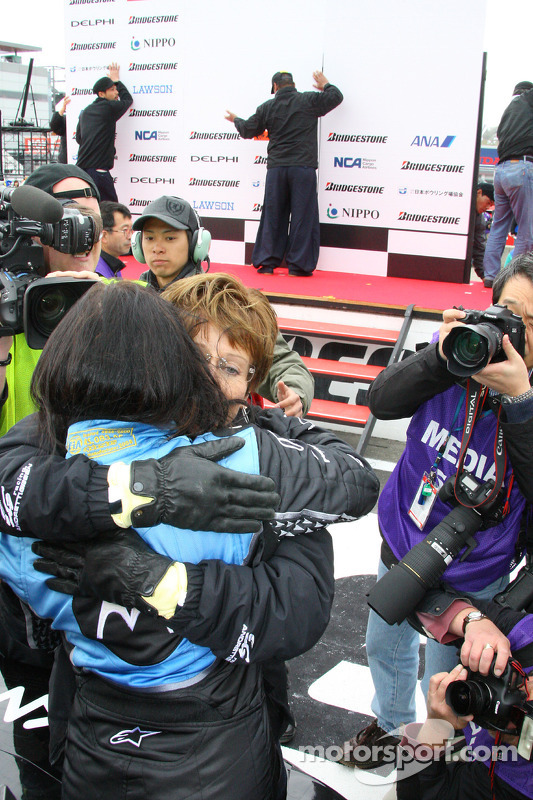 Mãe de Danica Patrick abraça a filha