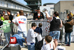 Justin Wilson signs autographs