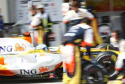 Fernando Alonso, Renault F1 Team, R28 pit stop