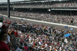 Pit lane is crowded hours before the race