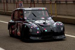 A pecular intruder during the free testings: endurance Citroën 2 CV