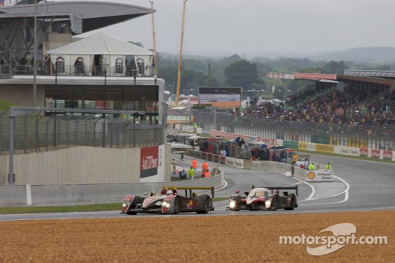 L'Audi R10 N°2 d'Allan McNish, Tom Kristensen et Rinaldo Capello et la Peugeot 908 N°7 de Marc Gene, Nicolas Minassian et Jacques Villeneuve