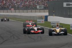 Льюис Хэмилтон, McLaren Mercedes сражается за позицию с Нельсоном Пике-мл., Renault F1 Team