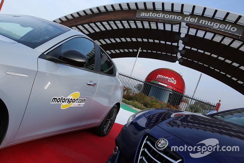 شعار موتورسبورت.كوم على جانب سيارة ألفا روميو غيليتا