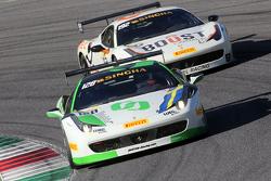 #128 Lueg Sportivo Ferrari 458: Кристиан Кинч проходит #192 Kessel Racing Ferrari 458 Жака Дюйвера