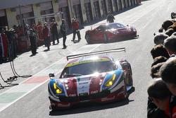 La Ferrari 488 GTE e la Ferrari 488 GT3 sul rettilineo del circuito del Mugello nella pit lane