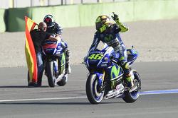Валентино Росси, Yamaha Factory Racing и победитель гонки и чемпион мира 2015 года - Хорхе Лоренсо, Yamaha Factory Racing