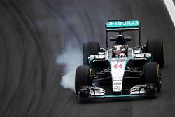 Льюис Хэмилтон, Mercedes AMG F1 W06 блокирует колеса на торможении