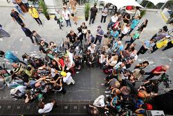 Lewis Hamilton, Mercedes AMG F1 y Nico Rosberg, Mercedes AMG F1 con los medios
