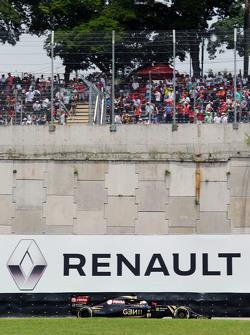 Ромен Грожан, Lotus F1 E23 на фоне логотипа Renault