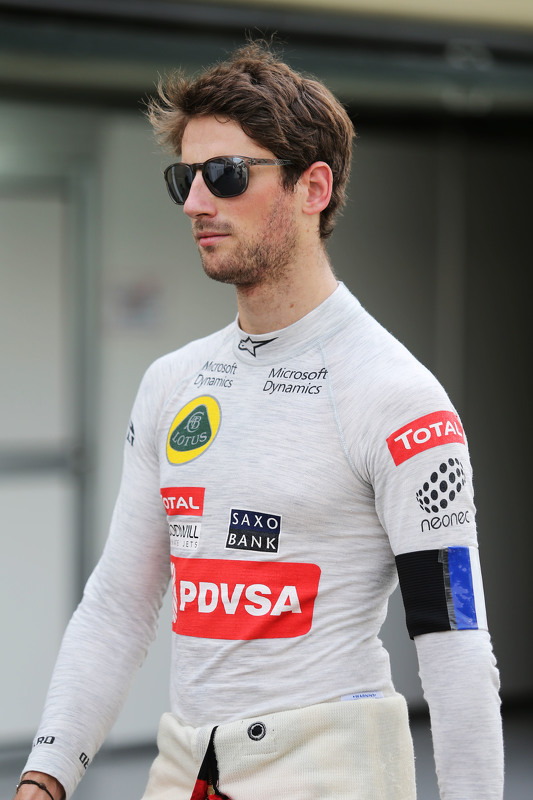 Romain Grosjean, Lotus F1 Team wears a Tricolore as a mark of respect for the victims of the Paris terrorist attacks