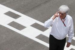 Bernie Ecclestone en la parrilla