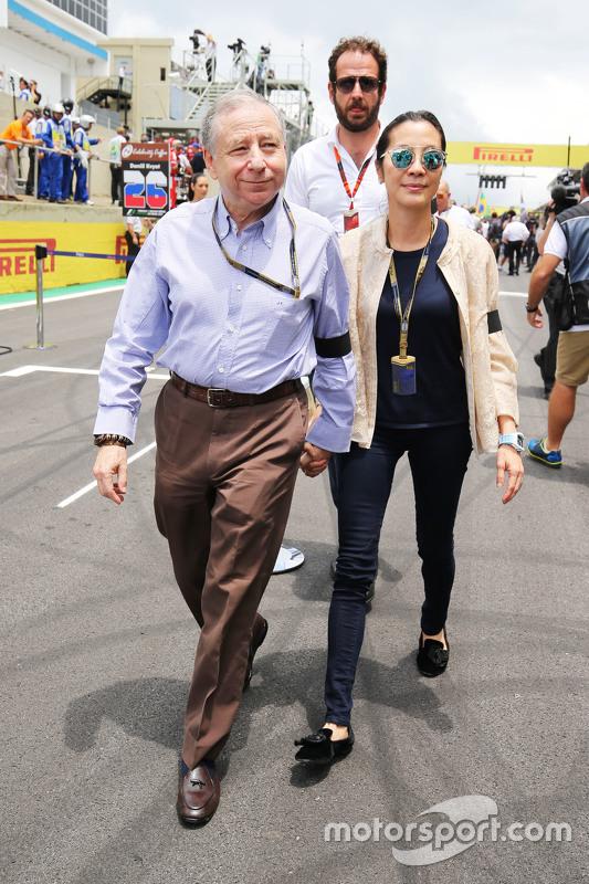 Jean Todt, FIA President met vriendin Michelle Yeoh op de grid