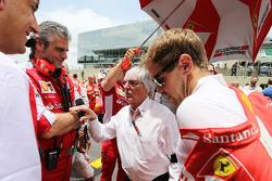 Маурицио Арривабене, руководитель Ferrari Team, Берни Экклстоун и Себастьян Феттель, Ferrari на стар