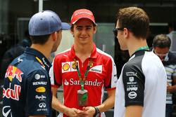 (L to R): П'єр Геслі, Red Bull Racing Тестовий гонщик з Естебан Гутьєррес, Ferrari Тестовий та резервний гонщик та Штоффель Вандорн, McLaren Тестовий та резервний гонщик