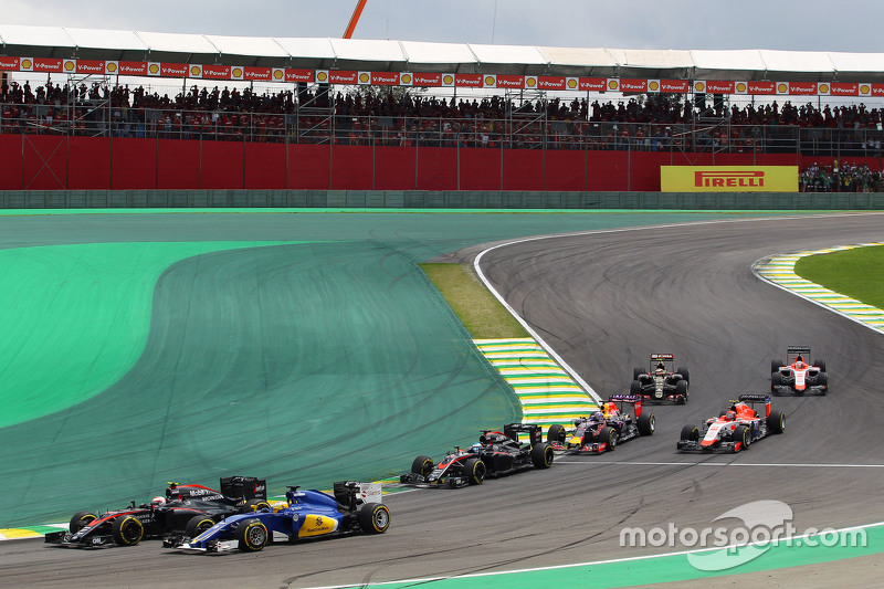 Jenson Button, McLaren MP4-30, und Marcus Ericsson, Sauber C34, beim Start