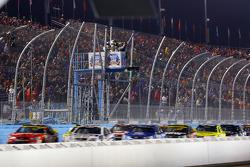 Start: Kurt Busch, Stewart-Haas Racing Chevrolet jumps polesitter Jimmie Johnson, Hendrick Motorsports Chevrolet