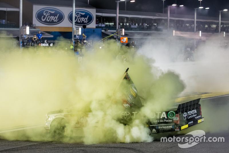 Чемпіон серії NASCAR Camping World Truck 2015 Ерік Джонс, Kyle Busch Motorsports святкує