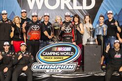 Victory-Lane für den Gesamtsieg: 1. NASCAR Camping World Truck Series 2015: Erik Jones, Kyle Busch Motorsports, feiert mit Teamchef Kyle Busch