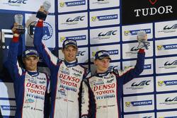 Podio: tercer lugar Alexander Wurz, Stéphane Sarrazin, Mike Conway, Toyota Racing