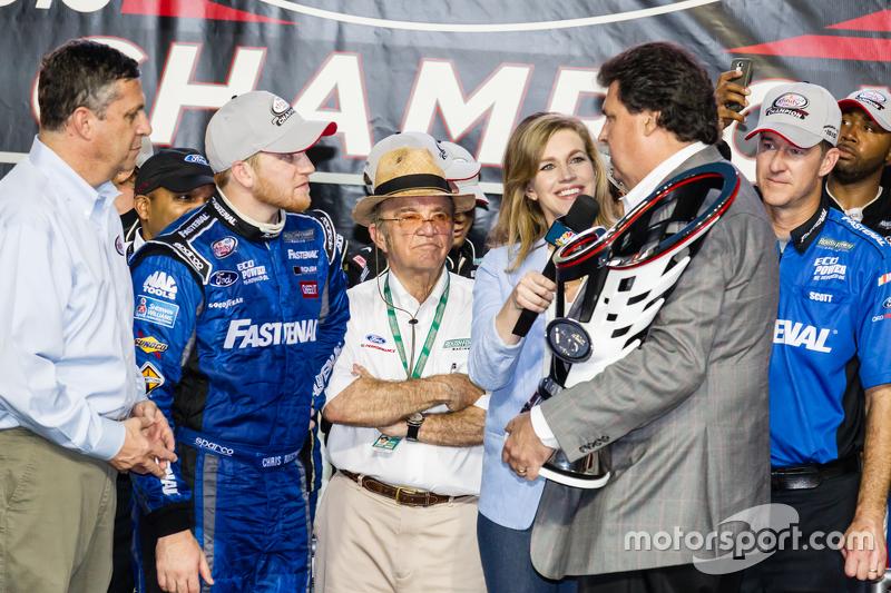 Championship victory lane: NASCAR XFINITY Series 2015 champion Кріс Бюшер, Roush Fenway Racing Ford celebratres з Jack Roush та NASCAR Президент Mike Helton